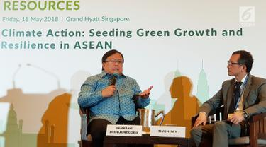 Menteri PPN/Kepala Bappenas, Bambang Brodjonegoro berdialog dengan Chairman Singapore Institue of International Affairs Simon Tay, dalam acara 5th Singapore Dialogue on Sustainable World Resources, Singapura, Jumat (18/05). (Liputan6.com/HO/Bappenas)