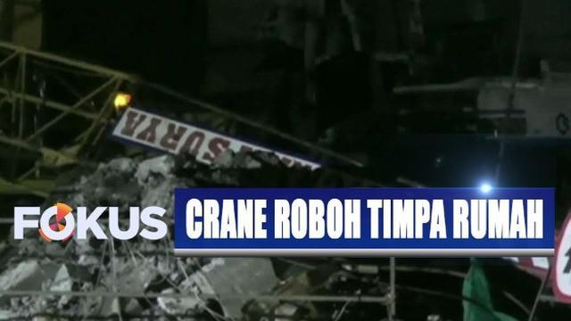 Petugas langsung mengevakuasi patahan crane dengan cara dipotong-potong.