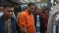 Polisi mengawal tersangka kasus penyiramanan air keras terhadap penyidik senior KPK Novel Baswedan di Polda Metro Jaya, Jakarta, Sabtu (28/12/2019). Tersangka berinisial RM dan RB dipindahkan dari Polda Metro Jaya ke Bareskrim Mabes Polri untuk penyidikan lebih lanjut. (merdeka.com/Imam Buhori)