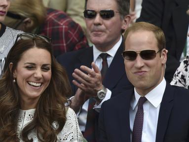 Pangeran William dan istrinya, Kate Middleton  menonton pertandingan Andy Murray, London, Rabu (2/7/14). (REUTERS/Toby Melville)