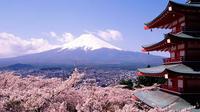 """Coretan grafiti di Gunung Fuji bertuliskan  'CLA-X INDONESIA"""" dan 'RUDAI'."""