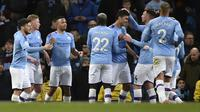 Gelandang Manchester City, Rodri (tengah) berselebrasi bersama rekan-rekannya usai mencetak gol ke gawang West Ham pada pertandingan lanjutan Liga Inggris di stadion Etihad di Manchester, Inggris, Rabu (19/2/2020). City menang atas West Ham 2-0. (AP Photo/Rui Vieira)