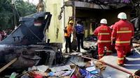 Pesawat tempur jatuh timpa rumah warga di Kabupaten Kampar, Riau. (Liputan6.com/M Syukur)