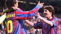 Ronaldinho dan Lionel Messi (kanan) saat berkostum Barcelona. Dinho selalu ingat proses gol perdana Messi untuk Barcelona saat bersua Albacete, di Estadio Camp Nou (1/5/2005).  (spanish.fansshare.com)