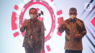 Wakil Ketua KPK Nurul Ghufron (kiri) dan Direktur Pengembangan Investasi BPJAMSOSTEK Amran Nasution (kanan) foto bersama pada acara penganugrahan rangakaian peringatan Hari Anti Korupsi Sedunia (Hakordia) 2020 di Gedung KPK, Selasa (22/12/2020). (Liputan6.com/Pool/bpjamsostek)