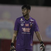 Kiper Madura United, Satria Tama, saat melawan Bhayangkara FC pada laga Liga 1 di Stadion PTIK, Jakarta, Kamis, (07/6/2018). Bhayangkara FC menang 1-0 atas Madura United. (Bola.com/M Iqbal Ichsan)