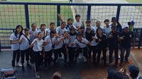 Skuat Persib putri menyaksikan langsung laga antara Persib Bandung vs Arema FC di Stadion Si Jalak Harupat, Selasa (12/11/2019). (Liputan6.com/Huyogo Simbolon)
