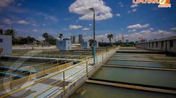Dalam rangka memperingati Hari Bumi 2014, para siswa diajak untuk belajar mengetahui tata cara pengolahan air bersih oleh Instalasi Pengolahan Air Palyja I Pejompongan, Jakarta, Selasa (22/4/14). (Liputan6.com/Faizal Fanani)
