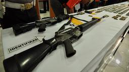 Beberapa senjata laras panjang diamankan untuk dijadikan barang bukti pasca baku tembak tim BKO Korps Brimob Kelapa Dua dengan kelompok sipil bersenjata pimpinan Santoso di Polda Sulteng, Palu, Selasa (26/5/2015). (Liputan6.com/Dio Pratama)