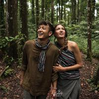 Nadine Chandrawinata dan Dimas Anggara menikmati suasana alam hutan tropis (Instagram/@dimsanggara)