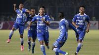Ahmad Jufriyanto (ketiga dari kiri) merayakan gol pertama  yang dicetaknya ke gawang Sriwijaya FC dalam Final Piala Presiden 2015 di Stadion Utama Gelora Bung Karno, Jakarta, Minggu (18/10/2015). (Bola.com/Vitalis Yogi Trisna)