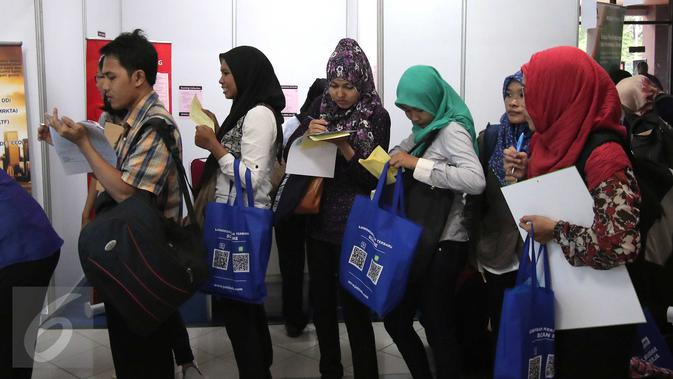 Sejumlah pencari kerja mengantri untuk mendaftarkan lamaran mereka pada bursa kerja di Jakarta, Jumat (11/3). Menurut BPS, tumbuhnya investasi di indonesia bisa menciptakan banyak lapangan pekerjaan. (Liputan6.com/Angga Yuniar)#source%3Dgooglier%2Ecom#https%3A%2F%2Fgooglier%2Ecom%2Fpage%2F%2F10000
