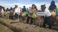 Kapolda Riau Irjen Agung Setya Imam Effendi menanam bibit cabai dalam program Jaga Kampung di Kabupaten Siak. (Liputan6.com/M Syukur)