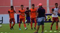 Blitar United latihan jelang menghadapi Bali United pada babak 32 Besar Piala Indonesia 2018 di Stadion Suprijadi, Kota Blitar. (Bola.com/Gatot Susetyo)