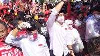 Pasangan bakal calon wali kota dan wakil wali kota Surabaya, dari PDI Perjuangan, Eri Cahyadi- Armuji mengenakan kemeja putih tiba di kantor KPU Surabaya (Dian Kuniawan/Liputan6.com)