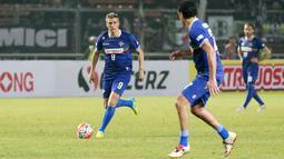 Pemain Calcio Legend, Hernan Crespo, menggiring bola saat melawan Primavera Baretti pada laga persahabatan di SUGBK, Jakarta, Sabtu (21/5/2016). (Bola.com/Nicklas Hanoatubun)