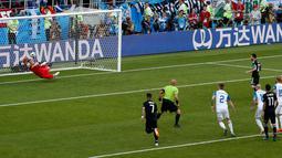 Momen saat pemain Argentina, Lionel Messi gagal mengeksekusi penalti dalam  laga Grup D Piala Dunia 2018 antara Argentina dan Islandia di Stadion Spartak, Moskow, Rusia, Sabtu (16/6). Pertandingan berakhir imbang 1-1. (AP Photo/Rebecca Blackwell)