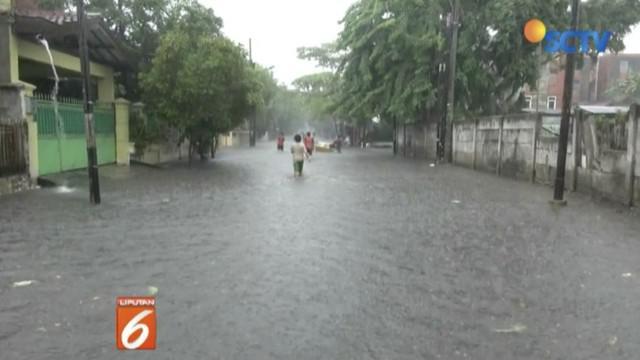 Sejumlah kendaraan memilih memutar arah saat mengetahui Jalan Nusa Indah di kompleks perumahan Klender, Duren Sawit, tergenang banjir.