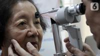 Pasien sedang memeriksa katarak di Jakarta, Kamis (12/12/2019). Pemeriksaan dilakukan untuk mencegah mengeruhnya lensa mata, sehingga membuat penglihatan pasien kabur. (Liputan6.com/HO/Deni)