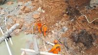 Tim Basarnas sedang mencari pekerja tambang emas ilegal yang tertimbun longsor di Desa Pulau Baru, Kabupaten Merangin, Jambi, Minggu (22/12/2019). Akibat peristiwa itu 1 pekerja tewas dan 5 pekerja lainnya masih tertimbun longsor dikedalam 15 meter. (Liputan6.com/Dok Basarnas/Gresi Plasmanto)