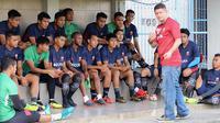 Pelatih Madura United, Gomes de Oliveira memberikan istruksi kepada pemain. (Bola.com/Aditya Wany)