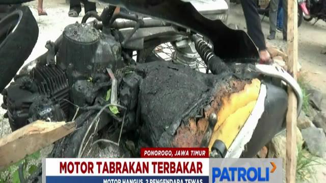 Api yang membakar kedua motor baru bisa dijinakkan setelah polisi dan warga berupaya memadamkannya.