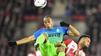 Pemain Inter Milan, Joao Miranda, berduel dengan pemain Southampton, Nathan Redmond, pada laga Grup K Liga Europa di Stadion St Mary's, Jumat (4/11/2016) dini hari WIB. (AFP/Glyn Kirk)
