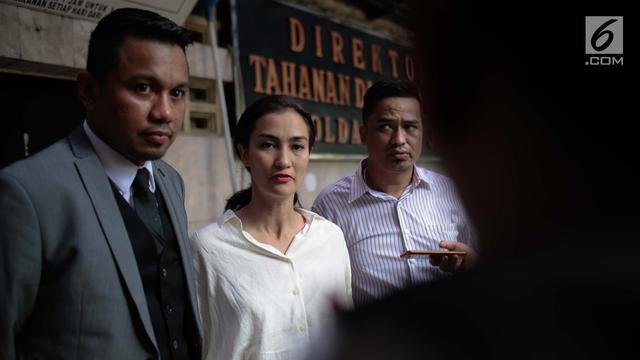Atiqah Hasiholan Jenguk Ratna Sarumpaet di Tahanan Polda Metro Jaya