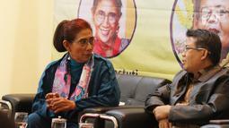 """Mantan Menteri Kelautan dan Perikanan Susi Pudjiastuti (kiri) dan Presiden PKS Sohibul Iman (kanan) saat acara diskusi """"Ngopi Bareng Presiden PKS"""" di DPP PKS, Jakarta, Senin (20/1/2020). Diskusi ini mengangkat tema """"Sengketa Natuna dan Kebijakan Kelautan"""". (Liputan6.com/Herman Zakharia)"""