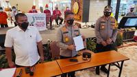 Kapolda Riau Irjen Agung Setya memperlihatkan surat bebas Covid-19 palsu yang disita anggotanya. (Liputan6.com/M Syukur)