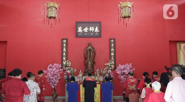 Warga keturunan Tionghoa melakukan sembahyang Tahun Baru Imlek 2571 di Klenteng Kong Miao, Taman Mini Indonesia Indah, Jakarta Timur, Sabtu (25/1/2020). Perayaan imlek tahun ini merupakan tahun Tikus Logam yang melambangkan kesuburan dan kekayaan dan waktu yang baru. (Liputan6.com/Herman Zakharia)