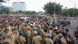 Memakai seragam berwarna hijau kecokelatan, para kepala desa tersebut menuntut pemerintah mengembalikan 'tanah bengkok', Jakarta, Rabu (27/5/2015). Tanah bengkok adalah tanah yang menjadi aset desa untuk menambah penghasilan. (Liputan6.com/Faizal Fanani)