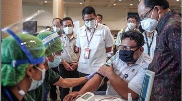 Jalani Vaksinasi, Menparekraf Berharap Pekerja Bandara Bali Siap Sambut Penerbangan Internasional