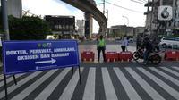 Polisi mengatur arus lalu lintas saat penyekatan masa PPKM Darurat di Perempatan Fatmawati, Jakarta, Senin (12/7/2021). Penyekatan berlangsung hingga pukul 10.00 WIB. (merdeka.com/Arie Basuki)