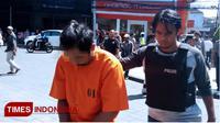 Pelaku saat diamankan oleh Polsek Kuta, Badung, Bali. Senin (23/4/2018).(TIMES Indonesia/Khadafi)