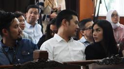 Terdakwa kasus penggguna kokain Richard Muljadi berbincang dengan kerabatnya di Pengadilan Negeri Jakarta Selatan, Kamis (28/2). Richard divonis 1 tahun 6 bulan dengan dipotong masa tahanan untuk rehablitasi. (Liputan6.com/Herman Zakharia)