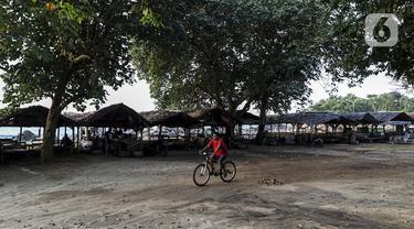 Suasana kawasan Pantai Anyer, Banten, Sabtu (5/9/2020). Pantai Anyer yang menjadi objek wisata favorit warga Jawa Barat serta Jakarta dan sekitarnya kini tampak sepi akibat pandemi COVID-19. (Liputan6.com/Johan Tallo)