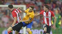 Penyerang Barcelona, Lionel Messi dikawal dua pemain Athletic Bilbao (Reuters)