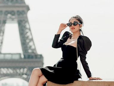 Ketika berkunjung ke tempat yang panas dan terik, Nindy Ayunda tidak pernah luput untuk membawa kacamata berwarna hitam. Selain supaya tidak silau, kacamata juga merupakan fashion item yang wajib bagi Nindy. (Liputan6.com/IG/nindyparasadyharsono)