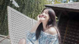 Saat sedang bersantai, gadis 18 tahun ini memilih model cut off shoulder dress dengan motif yang cantik. Perpaduan warna biru dan putih, membuat penampilan Mawar semakin ceria. (Liputan6.com/IG/@mawar_eva)
