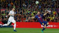 Pemain Barcelona, Jordi Alba mengontrol bola dibayangi pemian Real Madrid, Nacho pada pertandingan La Liga Spanyol di Stadion Camp Nou, Minggu (6/5). Real Madrid yang bermain dengan 11 pemain gagal mengalahkan 10 pemain Barcelona (AP/Manu Fernandez)
