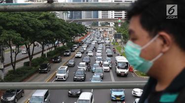 Kendaraan terjebak kepadatan di Jalan Jenderal Sudirman, Jakarta, Selasa (12/3). Berdasar hasil studi Greenpeace dan IQAirVisual, pada 2018 lalu Jakarta merupakan kota dengan polusi udara terburuk di Asia Tenggara. (Liputan6.com/Helmi Fithriansyah)