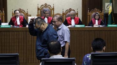 Terdakwa yang juga anggota nonaktif DPRD Kalteng, Punding LH Bangkan (kiri), Borak Milton (kedua kiri), Edy Rosada (duduk) dan Arisavanah (duduk, kanan) saat sidang putusan dugaan suap terkait pencemaran limbah sawit di Pengadilan Tipikor, Jakarta, Rabu (3/7/2019). (Liputan6.com/Helmi Fithriansyah)