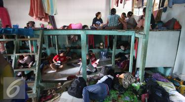 PRT infal menunggu pesanan di penyedia tenaga kerja Bu Gito, Jakarta, Kamis (30/6). Menjelang lebaran, permintaan PRT inval meningkat 10% dibanding tahun lalu, dengan tarif Rp140ribu perhari. (Liputan6.com/Immanuel Antonius)