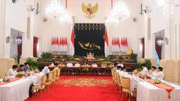 Presiden Joko Widodo atau Jokowi (tengah) memberi sambutan saat menerima pimpinan lembaga negara untuk buka puasa bersama di Istana Negara, Jakarta, Senin (6/5/2019). Jokowi sempat menyampaikan rencana pemindahan Ibu Kota di hadapan pimpinan lembaga negara. (Liputan6.com/Angga Yuniar)