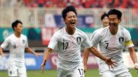 Son Heung-min (kanan) ikut merayakan gol Lee Seung-woo pada laga semifinal Vietnam vs Korea Selatan di Stadion Pakansari, Cibinong, Rabu (29/8/2018). (Bola.com/Dok. INASGOC)