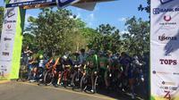 Pembalap menunggu start Etape 1 Tour d'Indonesia 2019. (Liputan6.com/Adyaksa Vidi)