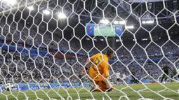 Proses gol penalti yang dicetak bek Nigeria, Victor Moses ke gawang Argentina pada laga grup D Piala Dunia di Stadion St Petersburg, St Petersburg, Selasa (26/6/2018)/ Argentina menang 2-1 atas Nigeria. (AP/Petr Josek)