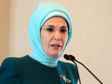 Istri Presiden Turki, Emine Erdogan menjadi istri Presiden Turki pertama yang mengenakan jilbab. Dibutuhkan waktu 10 tahun guna mengubah undang-undang yang melarang jilbab masuk ke institusi negara melalui jalan juang parlemen.( trtturk.com)