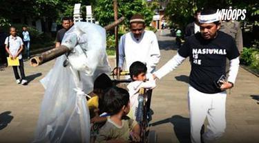 Lantaran tak ada biaya, seorang pria asal Lampung terpaksa mendorong gerobak beserta anak istri di dalamnya. Ia rencananya akan pulang kampung ke Surabaya
